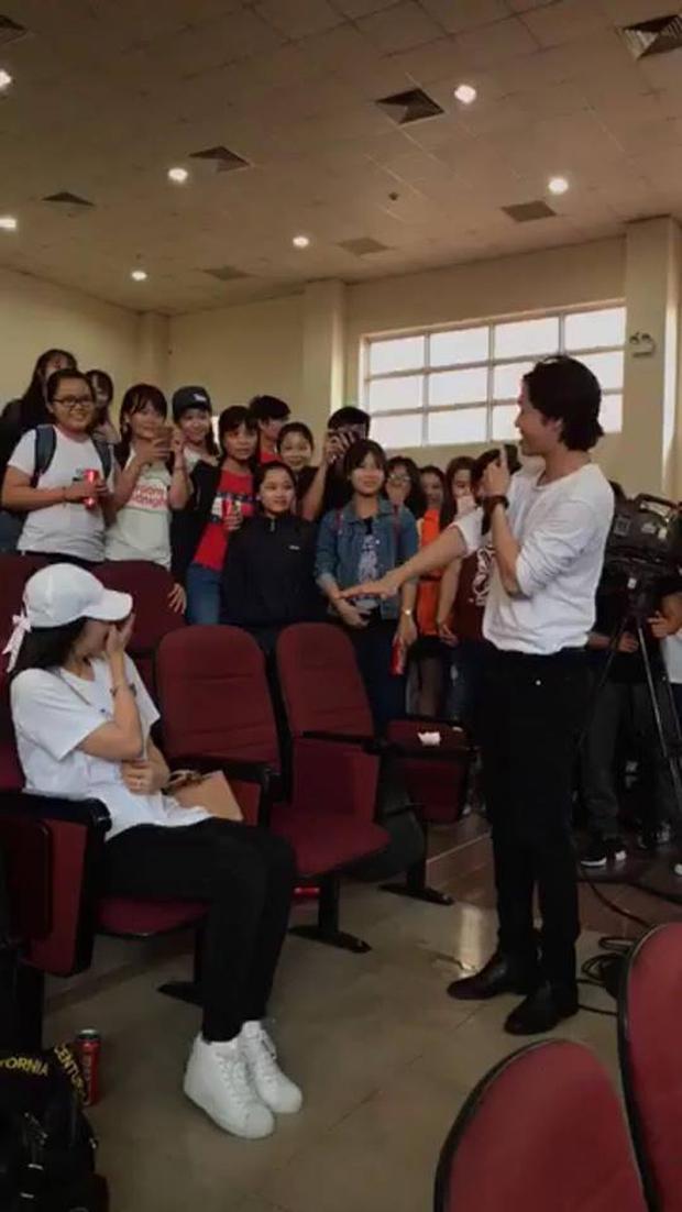 Lý Phương Châu bất ngờ được bạn trai Hiền Sến tỏ tình giữa đám đông - Ảnh 1.