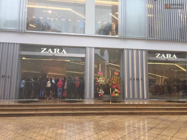 Zara Hà Nội khai trương: Tới trưa khách đông nghịt, ai cũng nô nức mua sắm như đi trẩy hội - Ảnh 12.