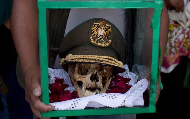 Lễ hội đáng sợ tại Bolivia: Đưa đầu lâu người thân dạo chơi khắp nơi cùng kính râm, mũ rộng vành như người còn sống - Ảnh 1.