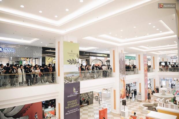Khai trương H&M Hà Nội: Có hơn 2.000 người đổ về, các bạn trẻ vẫn phải xếp hàng dài chờ được vào mua sắm - Ảnh 9.