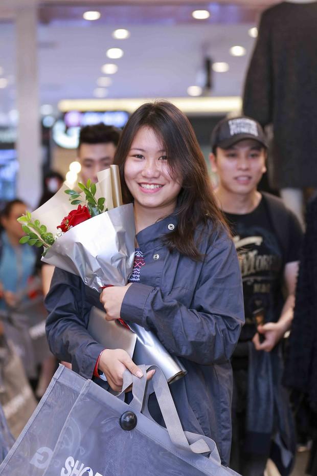 Ngồi lì trước store H&M Hà Nội từ 10h tối hôm trước, cô gái này vẫn lỡ mất tiền triệu vào tay người khác - Ảnh 8.