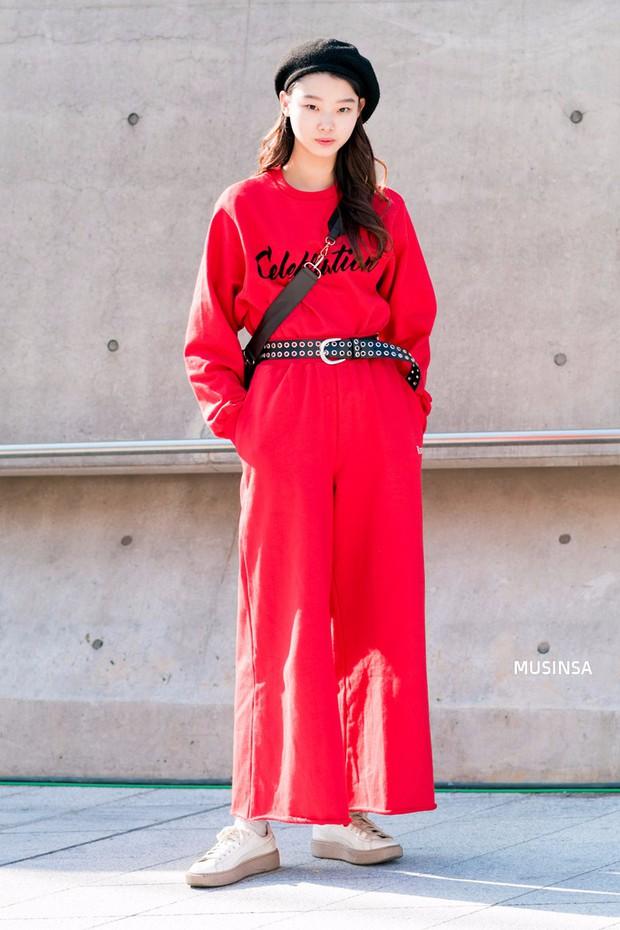 Ngắm street style màu mè nhưng chất lừ của giới trẻ Hàn, bạn sẽ học được chân kinh mặc đơn giản mà vẫn đẹp mê ly - Ảnh 1.