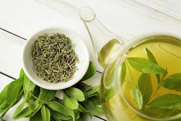 Uống trà xanh thay cho cà phê, bạn sẽ nhận ngay 6 lợi ích không phải thực phẩm nào cũng có đủ - Ảnh 1.