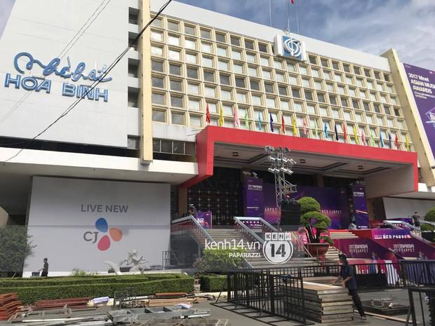 1 ngày trước MAMA 2017 tại Việt Nam: Nhà hát Hòa Bình đã được trải thảm đỏ, an ninh thắt chặt - Ảnh 3.