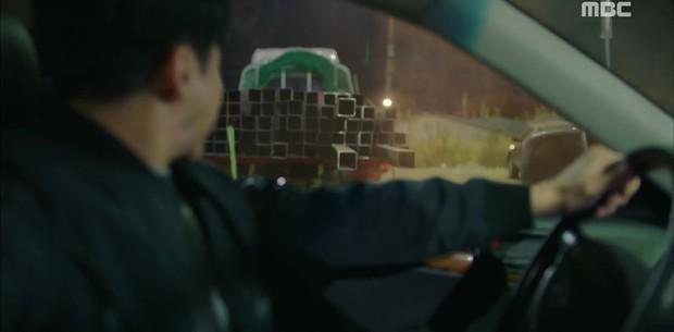 """""""Two Cops"""": Jo Jung Suk, Hyeri may mắn thoát chết trong gang tấc - Ảnh 1."""