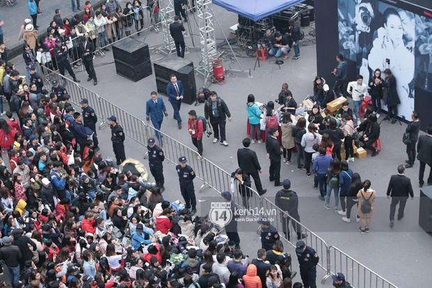 Fan Mỹ Tâm xếp hàng dài ở phố đi bộ Hồ Gươm chờ ký tặng từ sớm, nhảy flashmob vũ điệu say rượu tưng bừng - Ảnh 9.