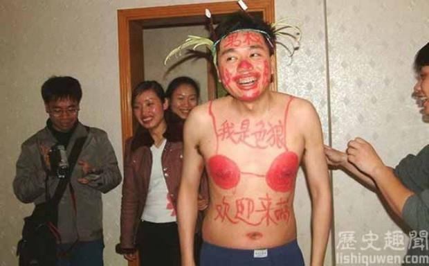 Trung Quốc: Chú rể hôn phù dâu ngấu nghiến dưới nền đất, cô dâu ngồi trên giường cười khoái chí - Ảnh 4.