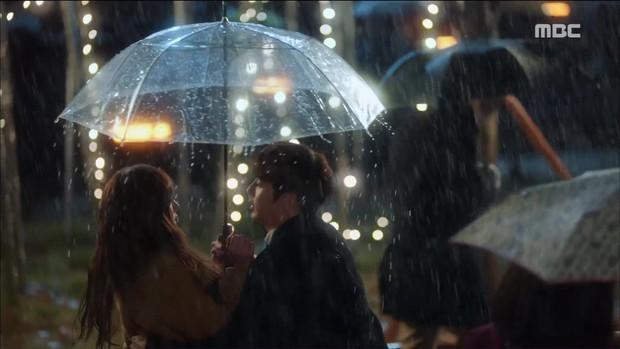 Mặc thân phận sắp bị lộ, robot chủ động cướp nụ hôn đầu của Yoo Seung Ho - Ảnh 1.
