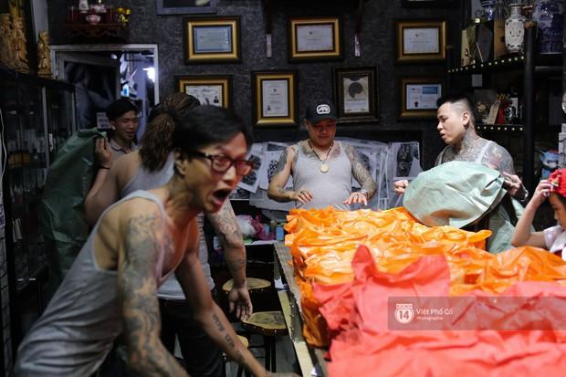 Chùm ảnh: Nhóm thợ xăm ở Sài Gòn hóa thành ông già Noel để tặng quà cho người lang thang đêm Giáng sinh - Ảnh 1.