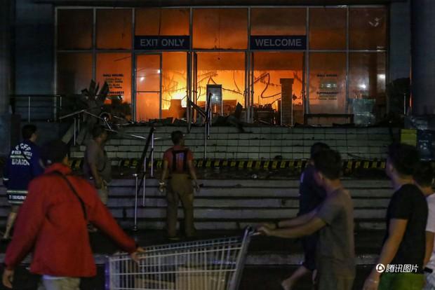 Tổng thống Philippines không kìm được nước mắt khi nghe tin 37 người thiệt mạng trong vụ hỏa hoạn - Ảnh 6.