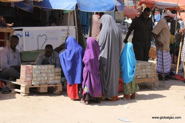 Quốc gia nghèo đến mức người dân chẳng có gì ngoài tiền, đành phải bán tiền để kiếm sống - Ảnh 5.