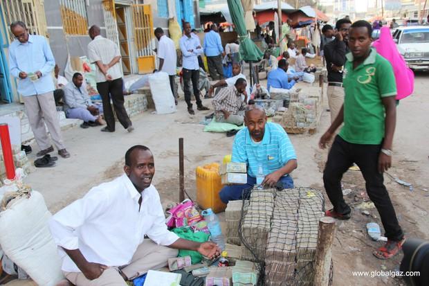 Quốc gia nghèo đến mức người dân chẳng có gì ngoài tiền, đành phải bán tiền để kiếm sống - Ảnh 8.