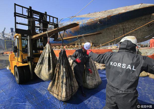 Những di vật được tìm thấy trong xác phà Sewol sau 3 năm chìm dưới đáy đại dương - Ảnh 4.