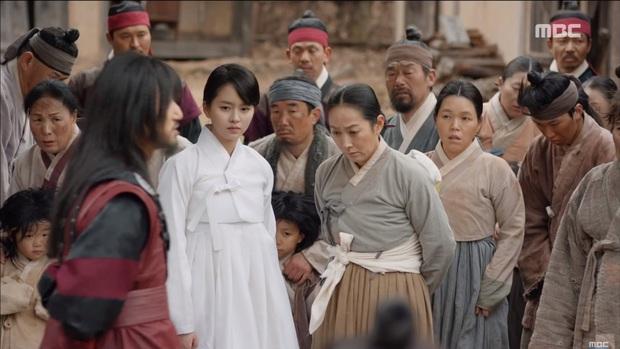 """""""Mặt Nạ Quân Chủ"""": Yoo Seung Ho đội mồ sống dậy, về quê vác giỏ kiếm cơm - Ảnh 15."""