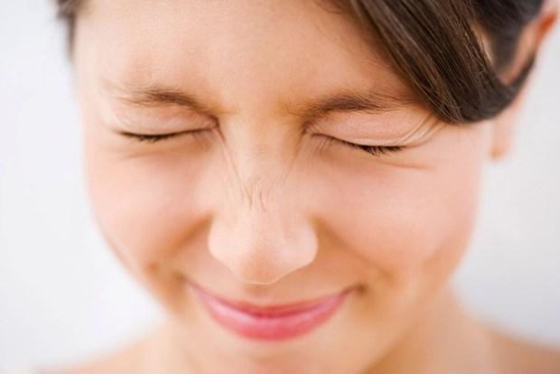 Bất ngờ trước 5 thói quen khiến gương mặt bạn ngày càng xấu đi - Ảnh 5.