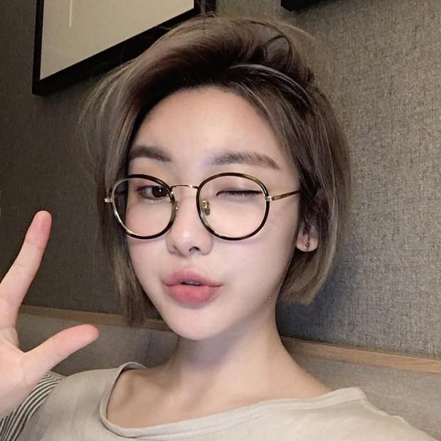 Con gái châu Á đang đồng loạt diện kính cận gọng tròn mọt sách cute siêu cấp - Ảnh 9.