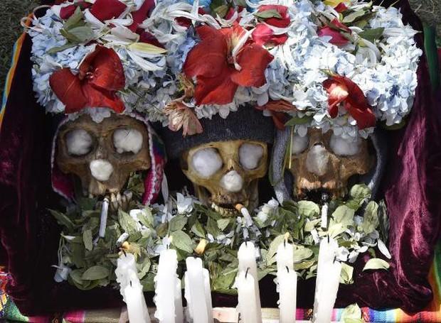 Lễ hội đáng sợ tại Bolivia: Đưa đầu lâu người thân dạo chơi khắp nơi cùng kính râm, mũ rộng vành như người còn sống - Ảnh 10.