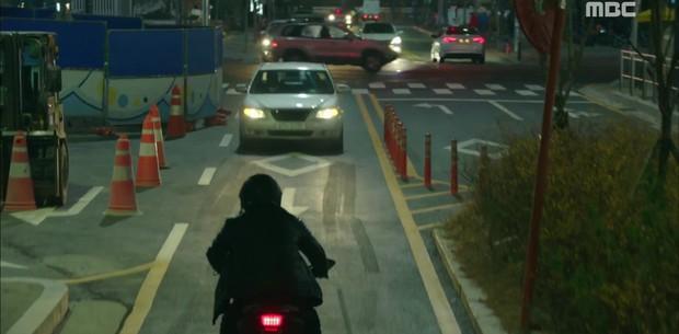 """""""Two Cops"""": Jo Jung Suk, Hyeri may mắn thoát chết trong gang tấc - Ảnh 11."""