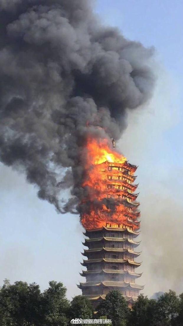 Trung Quốc: Cửu lung linh tháp gỗ 500 tuổi cao nhất châu Á bốc cháy ngùn ngụt trong biển lửa - Ảnh 2.