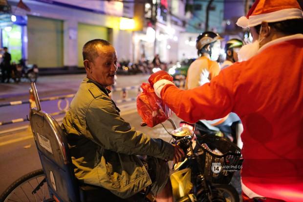 Chùm ảnh: Nhóm thợ xăm ở Sài Gòn hóa thành ông già Noel để tặng quà cho người lang thang đêm Giáng sinh - Ảnh 9.