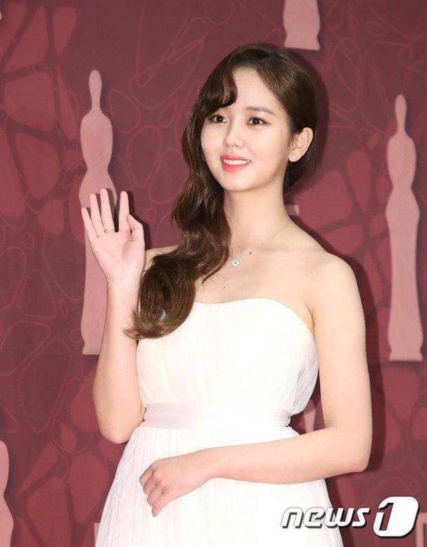 MBC Drama Awards 2017: Mẹ Kim Tan, Ha Ji Won rơi lệ vì nữ diễn viên có chồng bị sát hại dã man - Ảnh 18.