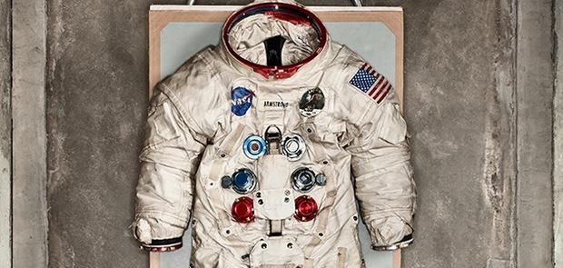 Chắc là bạn chưa biết: Bộ đồ du hành vũ trụ của Neil Armstrong được chế tạo ở... xưởng sản xuất đồ lót phụ nữ - Ảnh 3.