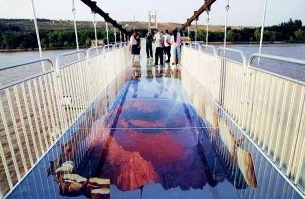 Trung Quốc: Du khách rụng rời chân tay khi ghé thăm cây cầu kính kết hợp công nghệ 3D - Ảnh 7.
