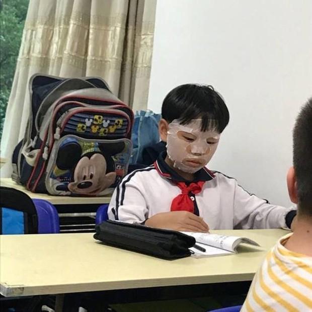 Đang say sưa làm bài tập, nam sinh Tiểu học đột nhiên ra ngoài đắp mặt nạ dưỡng da khiến cả lớp ngã ngửa - Ảnh 1.