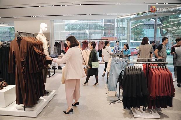 Zara Hà Nội khai trương: Tới trưa khách đông nghịt, ai cũng nô nức mua sắm như đi trẩy hội - Ảnh 15.