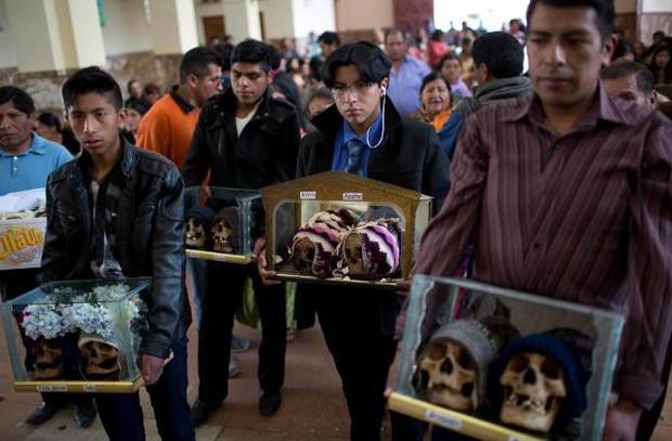 Lễ hội đáng sợ tại Bolivia: Đưa đầu lâu người thân dạo chơi khắp nơi cùng kính râm, mũ rộng vành như người còn sống - Ảnh 11.