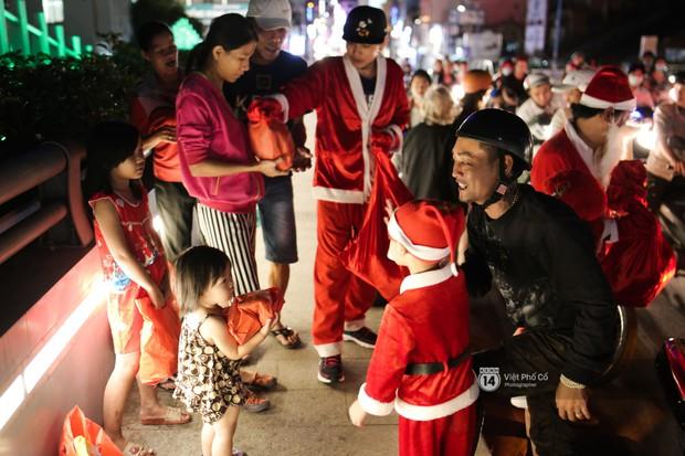 Chùm ảnh: Nhóm thợ xăm ở Sài Gòn hóa thành ông già Noel để tặng quà cho người lang thang đêm Giáng sinh - Ảnh 10.