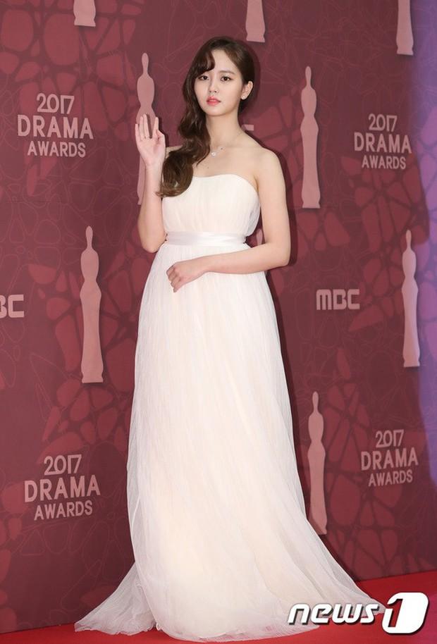 MBC Drama Awards 2017: Mẹ Kim Tan, Ha Ji Won rơi lệ vì nữ diễn viên có chồng bị sát hại dã man - Ảnh 17.