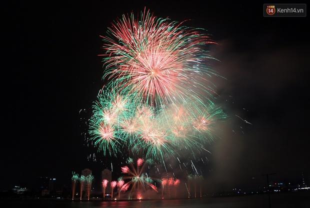 Chùm ảnh: Hai đội Thụy Sỹ và Nhật Bản tranh tài đẹp mắt tại Lễ hội pháo hoa quốc tế Đà Nẵng - Ảnh 2.