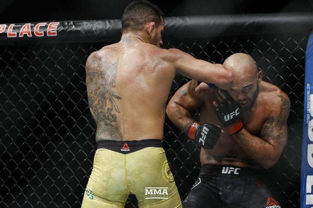 Dính serie gần 50 cú đấm trong 23 giây, võ sĩ UFC vẫn đứng vững trên sàn đấu - Ảnh 2.
