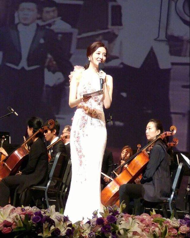 Xôn xao vì vợ diễn viên Vì sao đưa anh tới vừa quá đẹp vừa giống Lee Young Ae - Ảnh 12.