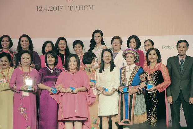 Đông Nhi, Ngô Thanh Vân xinh đẹp đi nhận giải top 50 người phụ nữ ảnh hưởng nhất Việt Nam - Ảnh 1.