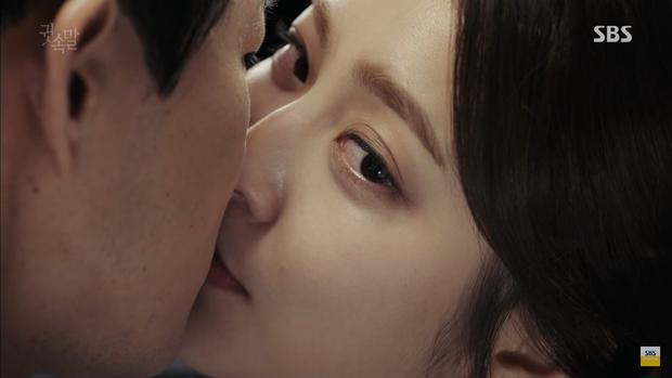 """""""Whisper"""": Lee Sang Yoon và vợ """"tình tứ"""" ngay trước mặt Lee Bo Young - Ảnh 2."""