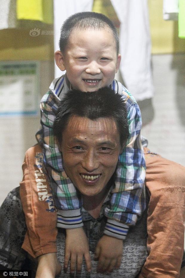 Cuộc sống của người cha cửu vạn dắt con cùng đi làm từng chạm đến trái tim nhiều người giờ ra sao? - Ảnh 7.