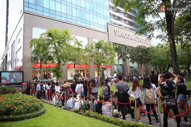 H&M khai trương: 11h mới mở cửa mà từ 9h sáng dân tình đã đội nắng xếp hàng dài dằng dặc bên ngoài chờ đợi - Ảnh 7.