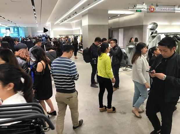 Zara Hà Nội khai trương: Tới trưa khách đông nghịt, ai cũng nô nức mua sắm như đi trẩy hội - Ảnh 22.