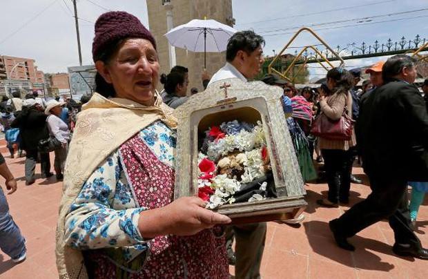 Lễ hội đáng sợ tại Bolivia: Đưa đầu lâu người thân dạo chơi khắp nơi cùng kính râm, mũ rộng vành như người còn sống - Ảnh 12.