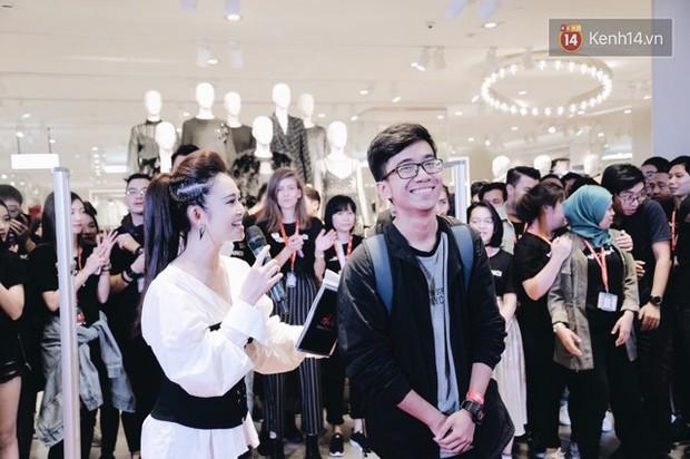 Khai trương H&M Hà Nội: Có hơn 2.000 người đổ về, các bạn trẻ vẫn phải xếp hàng dài chờ được vào mua sắm - Ảnh 10.