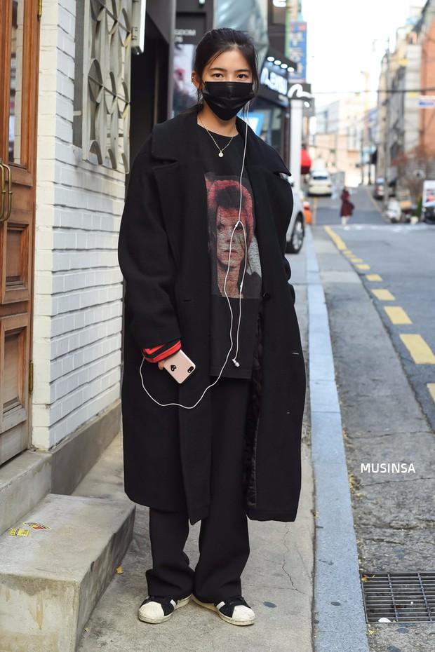 Ngắm street style màu mè nhưng chất lừ của giới trẻ Hàn, bạn sẽ học được chân kinh mặc đơn giản mà vẫn đẹp mê ly - Ảnh 11.