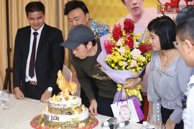 Nhã Phương lẻ bóng xuất hiện, Cát Phượng tổ chức sinh nhật tròn 48 tuổi cho Hoài Linh - Ảnh 11.
