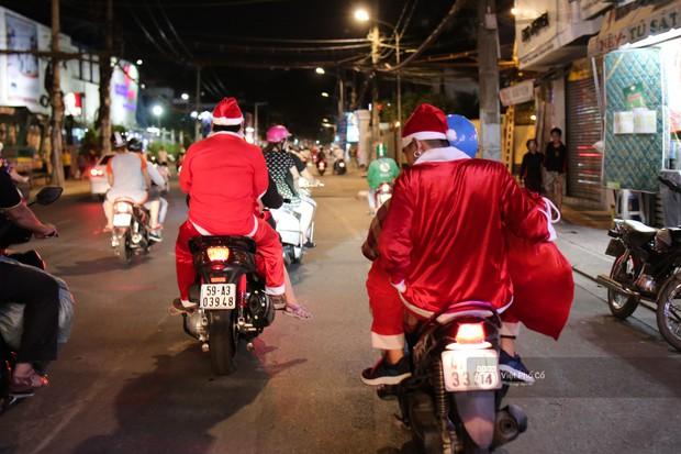 Chùm ảnh: Nhóm thợ xăm ở Sài Gòn hóa thành ông già Noel để tặng quà cho người lang thang đêm Giáng sinh - Ảnh 11.