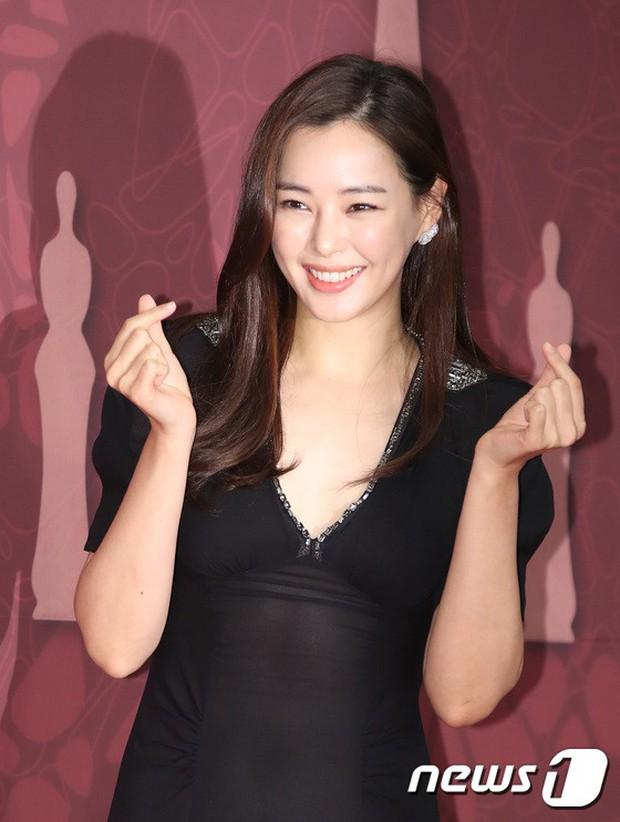 MBC Drama Awards 2017: Mẹ Kim Tan, Ha Ji Won rơi lệ vì nữ diễn viên có chồng bị sát hại dã man - Ảnh 19.