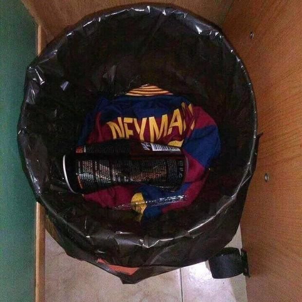 CĐV Barca đốt áo, nguyền rủa kẻ phản bội Neymar - Ảnh 4.
