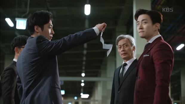 """""""Sếp Kim"""" siêu lầy: Nam Goong Min """"cosplay"""" cảnh catwalk kinh điển của Goblin - Ảnh 19."""