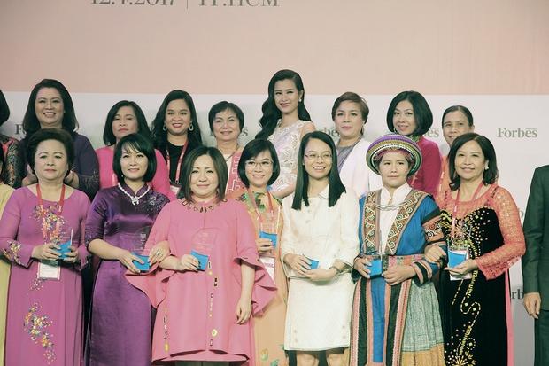 Đông Nhi, Ngô Thanh Vân xinh đẹp đi nhận giải top 50 người phụ nữ ảnh hưởng nhất Việt Nam - Ảnh 2.