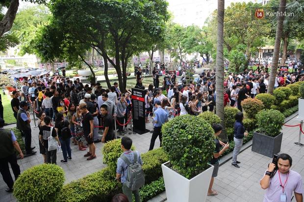 H&M khai trương: 11h mới mở cửa mà từ 9h sáng dân tình đã đội nắng xếp hàng dài dằng dặc bên ngoài chờ đợi - Ảnh 9.